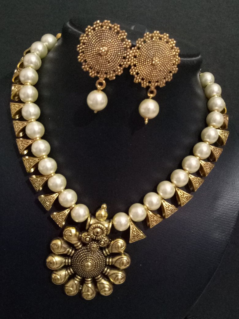 Glorious Loop Golden Necklace Set